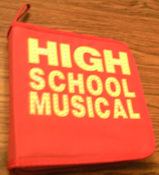 HIGH SCHOOL MUSICAL 2 CD Board Game w/ Zippered Pouch    Pic 1